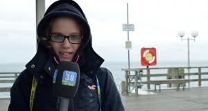 """Ferienreporterin Angelina im Einsatz auf der Grömitzer Seebrücke. Das Wetter ist """"ostsee-frisch""""!"""