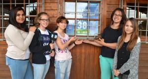Angelina und Ihre Zeltlager-Freundinnen vor unserer Radio38-Lenste-Redaktion