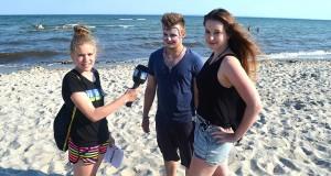 Ferienreporterin Angelina interviewt die Sportjugend-Betreuer Tim und Tahnee am Lensterstrand.