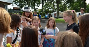 Angelina interviewt Ferienkinder in Lenste