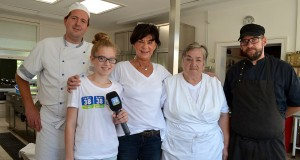 Unsere Ferienreporterin Angelina besucht die Lenste-Küchen-Crew: (v.l.)  Marcel Stöver, Angelina, Gertrud Büchner, Brigitte Ehmke, Daniel Braß