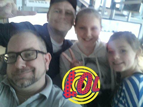 """Unser Frühschicht -Moderator Sascha zusammen mit Steve aus den News und """"ihren"""" Kindern: Maxima und Laura im Studio"""